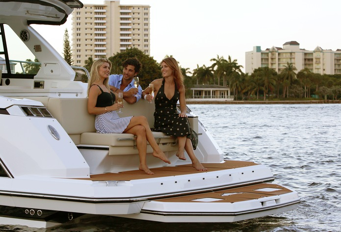 Bowriders: Outboard vs  Sterndrive | Monterey Boats